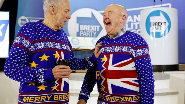 """Merry Brexmas"", per questi due sorridenti sostenitori del Brexit Party di Nigel Farage."