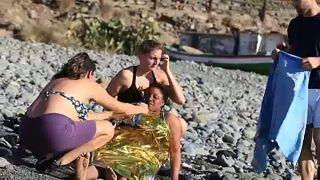 Strandolók segítettek a partot ért menekülteken