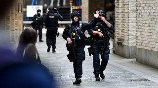 Oficiales de policía armados son vistos en una calle cerca del Puente de Londres después de un incidente, en Londres, Reino Unido, el 29 de noviembre de 2019.