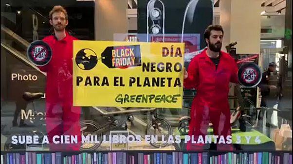 """Ambientalistas protestam contra """"Black Friday"""""""