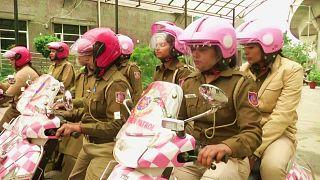 شاهد: دورية نسائية من الشرطة في دلهي الهندية.. والهدف توعوي