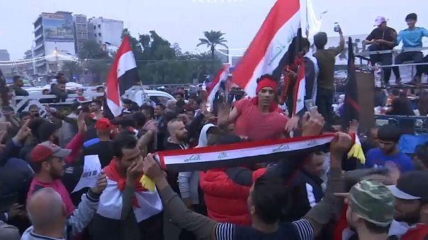 شاهد: العراقيون يحرقون علم إيران ويفرحون بإعلان عبد المهدي تقديم استقالته للبرلمان