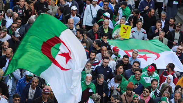 ما الذي يدعو فرنسا لمراقبة الوضع الجزائري عن كثب والتزام الصمت؟