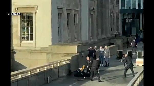 فيديو: هكذا سيطرت مجموعة من المشاة على منفذ عملية الطعن على جسر لندن
