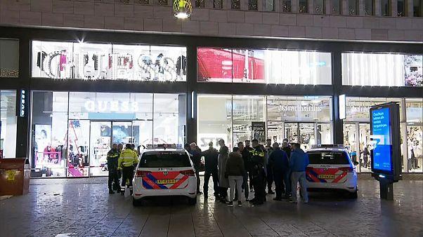 Messerangriff in Den Haag: Täter flüchtig - 2 Mädchen unter Opfern?