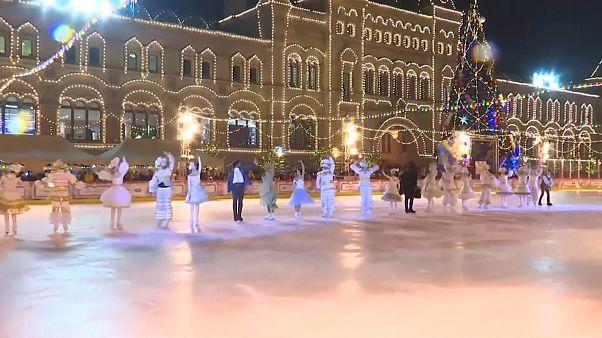 GUM-Eisbahn eröffnet: Stars glänzen auf dem Roten Platz