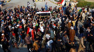 شاهد: مدينة النجف تودع ضحاياها الذين سقطوا برصاص الأمن خلال الاحتجاجات