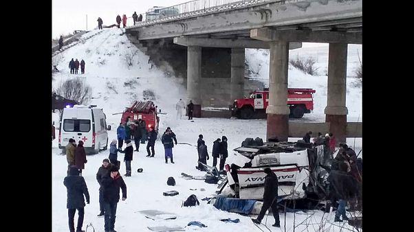 Rusya'da otobüs devrildi: En az 19 ölü