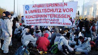 Çevreciler Almanya'nın Lausitz bölgesinde kömür madenine giden tren raylarını kapattı