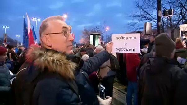 Tüntetések a lengyel bírákért