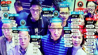 Çin'de bir bilişim fuarında ziyaretçilerin bilgileri ekrana yansıtıldı