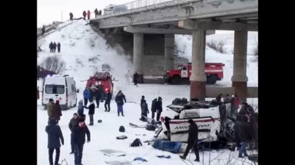 Δεκαεννέα νεκροί ύστερα από πτώση λεωφορείου από γέφυρα