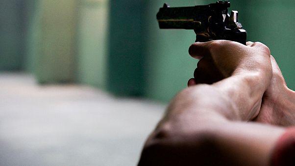 """أمريكي يلقى حتفه """"على يديه"""" بالخطأ بعد نصبه فخاً للصوص بمنزله"""