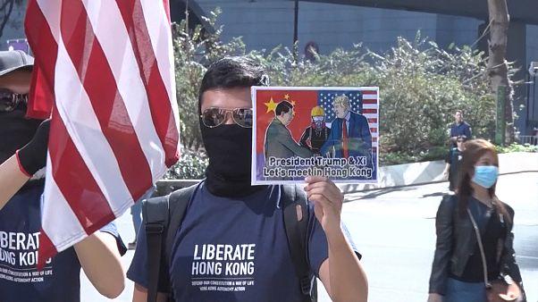 Amerikai zászlókkal, Trump-fotókkal tüntettek a demokráciáért Hongkongban