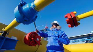 وظف يتفقد صمام الغاز في محطة لخط أنابيب غاز باور أوف سيبيريا التابع لشركة غازبروم خارج بلدة سفوبودني في روسيا