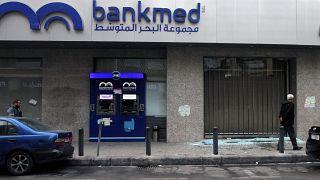 شیشههای خرد شده یک بانک در طرابلس لبنان