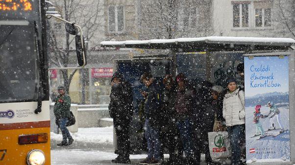 Közlekedési káoszt okozott a havazás Magyarországon