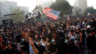 جانب من احتجاجات هونغ كونغ ويظهر العلم الأميركي. 01/12/2019