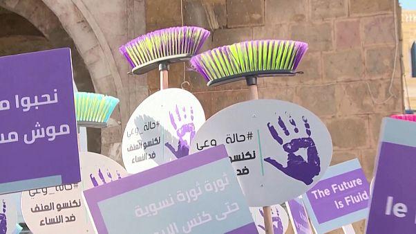 شاهد: بالمقشّات والأواني.. التونسيات يطالبن بمحاربة العنف ضد المرأة