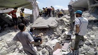مسعفون ينقولن الجرحى إدلب- أرشيف رويترز