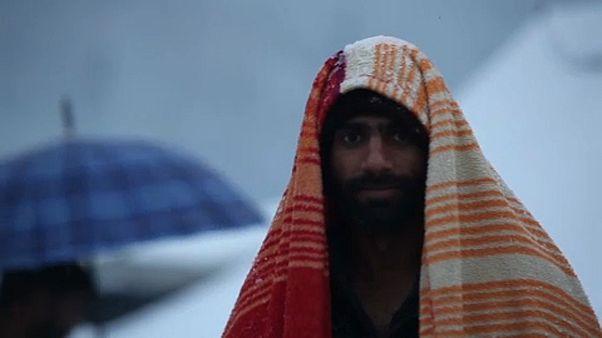 """المهاجرون العالقون في مخيم """"فوكيجاك"""" بالبوسنة يحاربون البرد والمرض"""