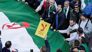 """شاهد: محتجون جزائريون أمام المحكمة يطالبون ب""""إعدام"""" أحمد أويحي وعبد المالك سلال"""