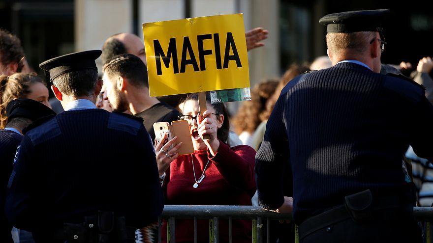"""Un muro de indignación popular """"sella"""" durante horas el Parlamento de Malta"""