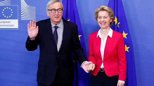 Ursula von der Leyen, presidenta de la Comisión Europea, y Jean-Claude Juncker, presidente saliente en una ceremonia oficial de entrega en Bruselas, el 3 de diciembre de 2019.