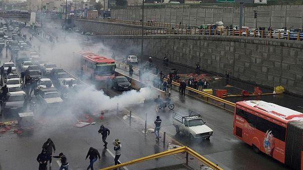 الشرطة الغيران تطلق الغاز المسيل للدموع على المتظاهرين لتفريقهم - طهران - 2019/11/16