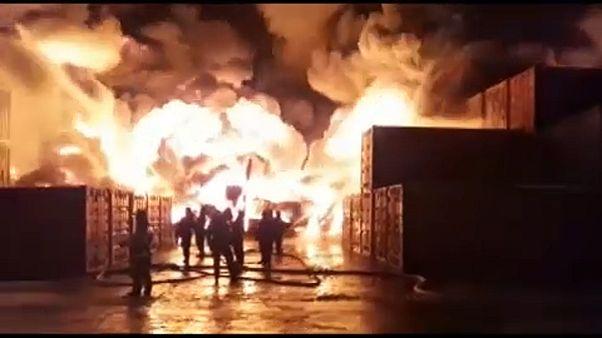 شاهد: جهود لإخماد حريق هائل في منشأة صناعية في سان بطرسبرغ