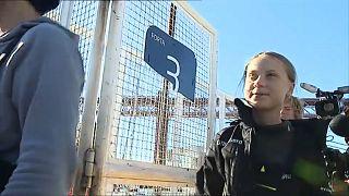 Greta pisa tierra en Lisboa