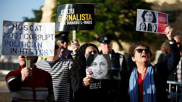 محتجون أمام البرلمان في مالطا يطالبون بإقالة رئيس الحكومة