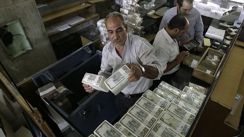 سوريا: انخفاض قياسي في سعر الصرف.. الدولار مقابل 975 ليرة والعتب على لبنان   Euronews