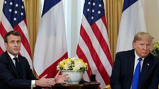 الرئيس الأمريكي دونالد ترامب والرئيس الفرنسي إيمانويل ماكرون في مؤتمر صحفي على هامش قمّة حلف شمال الأطلسي