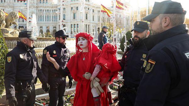 """أعضاء من مجموعة """"Extinction Rebellion"""" ينظمون احتجاجًا في العاصمة مدريد خلال المؤتمر الخامس والعشرين للمناخ. 3/12/2019"""