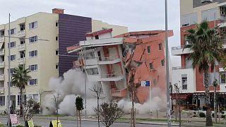 شاهد كيف فَجَّرَ الجيش الألباني بناية من 6 طوابق بعد تَضَرُّرِهَا جرّاء زلزال