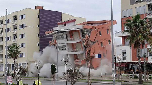 Deprem'de zarar gören bina kontrollü şekilde yıkıldı