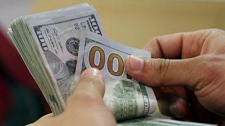 شخص يعد النقود- أرشيف رويترز