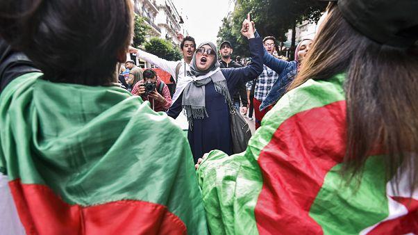 شابات جزائريات يشاركن في مظاهرة ضد الرموز السياسية وضد إجراء انتخابات ديسمبر. 03/12/2019