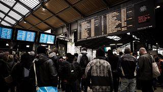 Fransa: Çalışanlar, hükümetin emeklilik reformunu protesto için sınırsız greve gidiyor