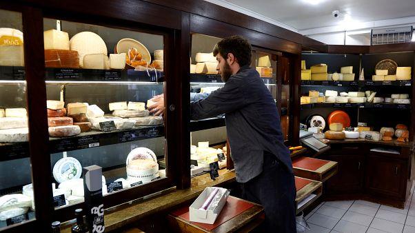 صادرات الأجبان الفرنسية الشهيرة تواجه خطراً كبيراً مع تهديدات ترامب الجمركية
