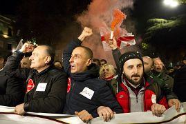 Des manifestants scandent des slogans anti-gouvernement lors d'une manifestation à Tbilisi en Géorgie le 25 novembre 2019