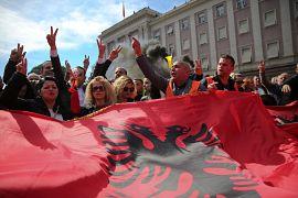 Des manifestants de l'opposition agitent le drapeau albanais lors d'une manifestation à Tirana en Albanie le 16 mars