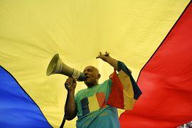 Un homme chante des slogans lors d'une manifestation anti-gouvernementale à Bucarest, Roumanie, le 10 août 2019