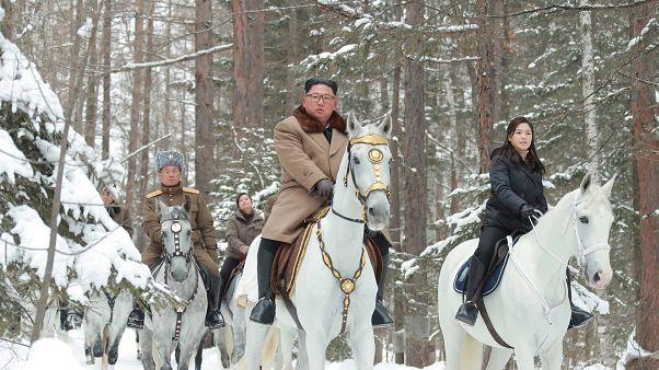 صور: كيم جونغ أون يمتطي جواده فوق سطح الجبل المقدس