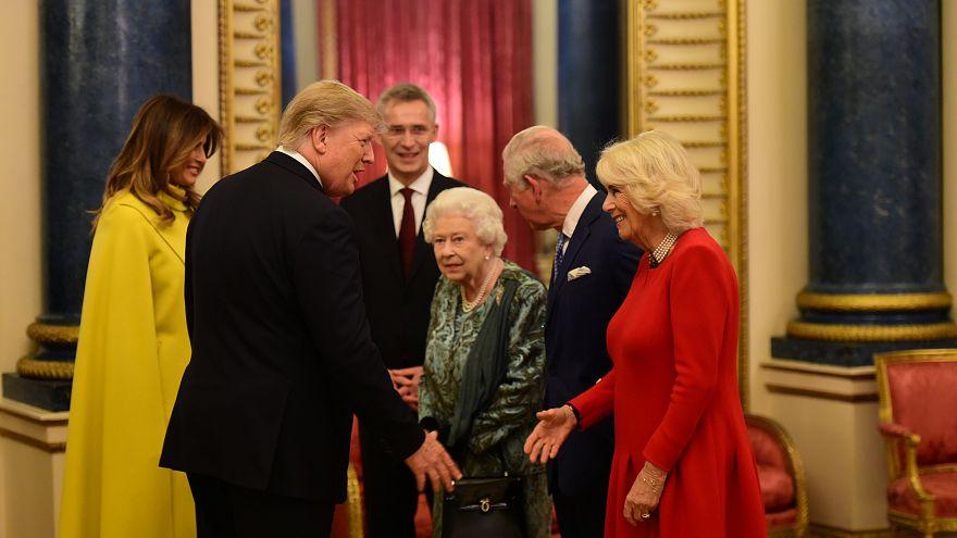 La reine reçoit les grands de ce monde dans son salon de Buckingham