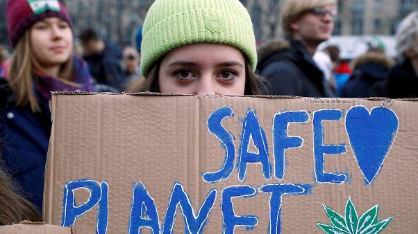 """Una activista con una pancarta en una manifestación, parte de la Huelga Climática Global del movimiento """"Viernes para el Futuro"""" en Varsovia, Polonia, el 29 de noviembre, 2019"""