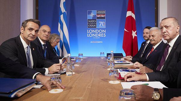 Ο πρωθυπουργός της Ελλάδας Κυριάκος Μητσοτάκης συνομιλεί με τον Πρόεδρο της Τουρκίας Ρετζέπ Ταγίπ Ερντογάν