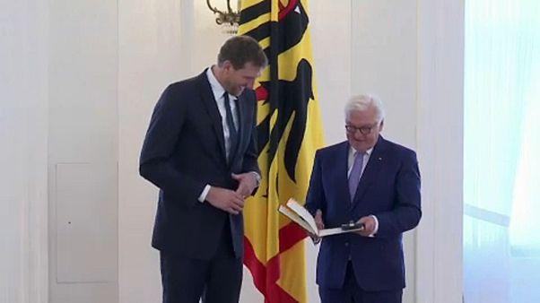 Ehrung für Dirk Nowitzki - Basketball-Legende erhält Bundesverdienstkreuz