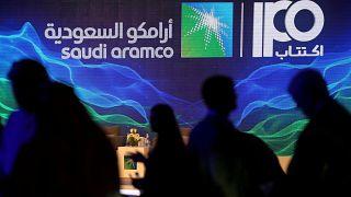 علامة الاكتتاب العام لشركة أرامكو السعودية خلال مؤتمر صحفي لشركة النفط الحكومية في الظهران